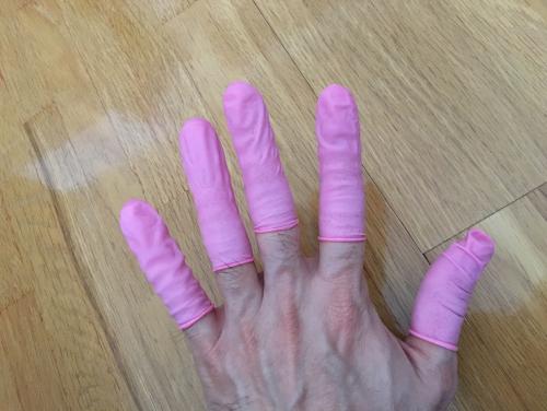 アナル指サックを指にはめるとこんな感じ